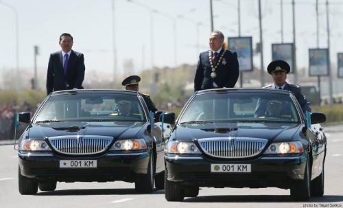 Верховный главнокомадующий и министр обороны Казахстана на параде