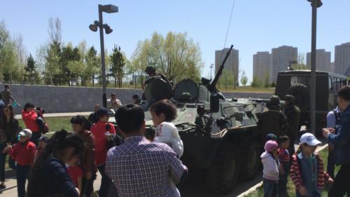 Дети фотографировались с солдатами